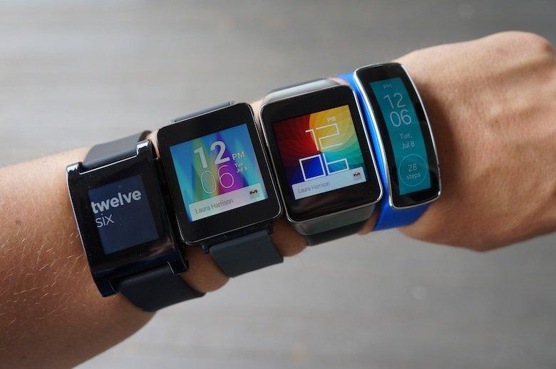 Brazo con cuatro diferentes smartwatch puestos