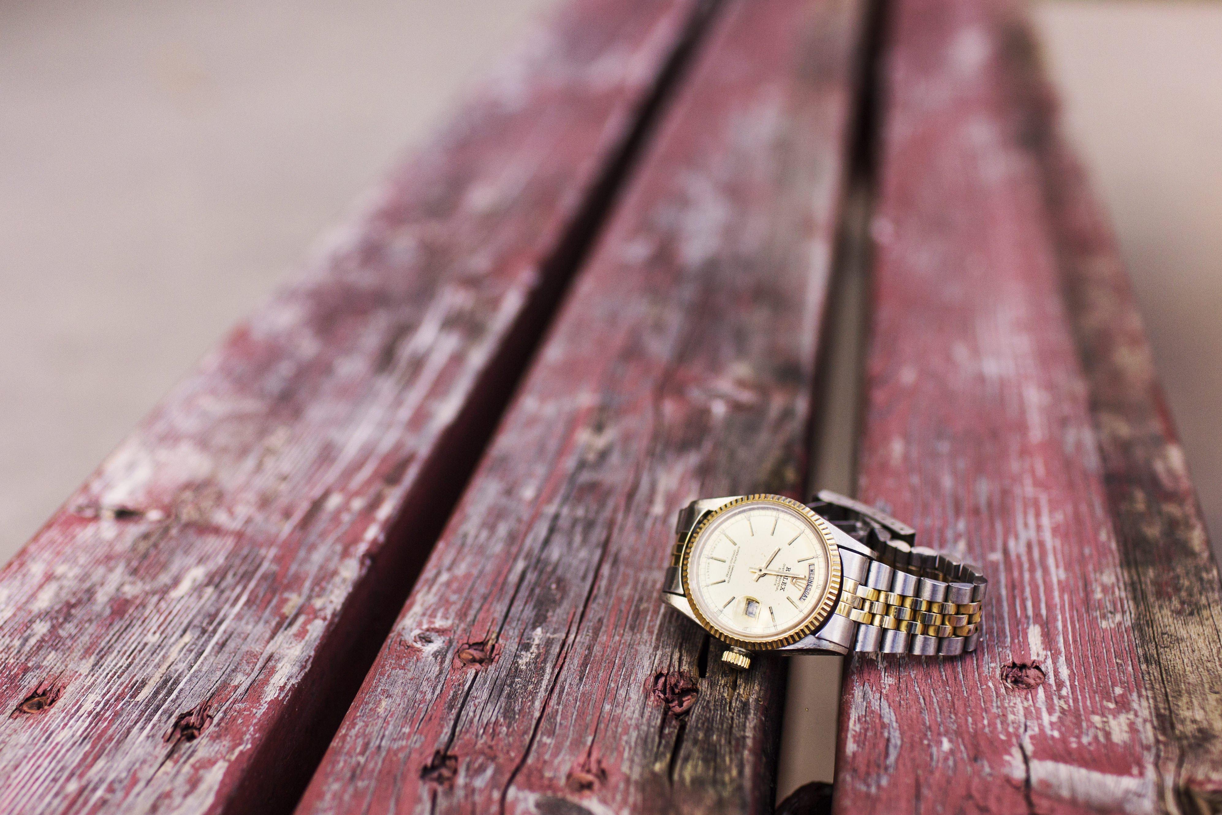 Foto de un reloj analógico o el smartwatch de verdad