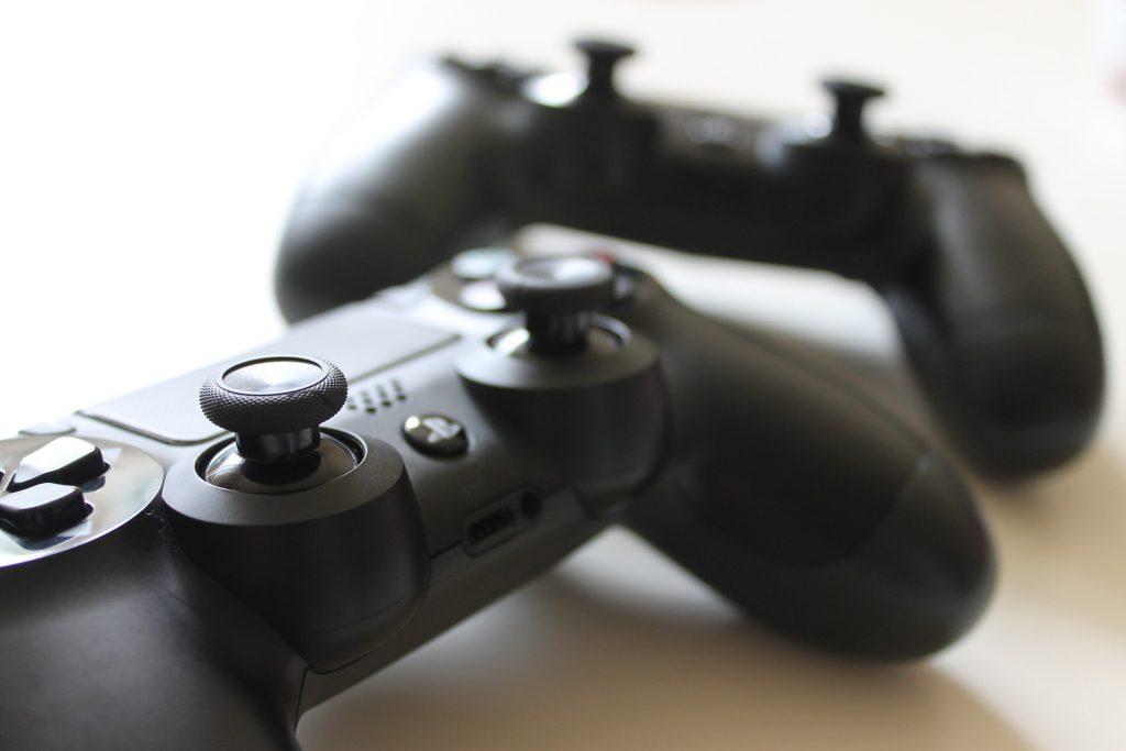 Dos mandos de la Playstation 4