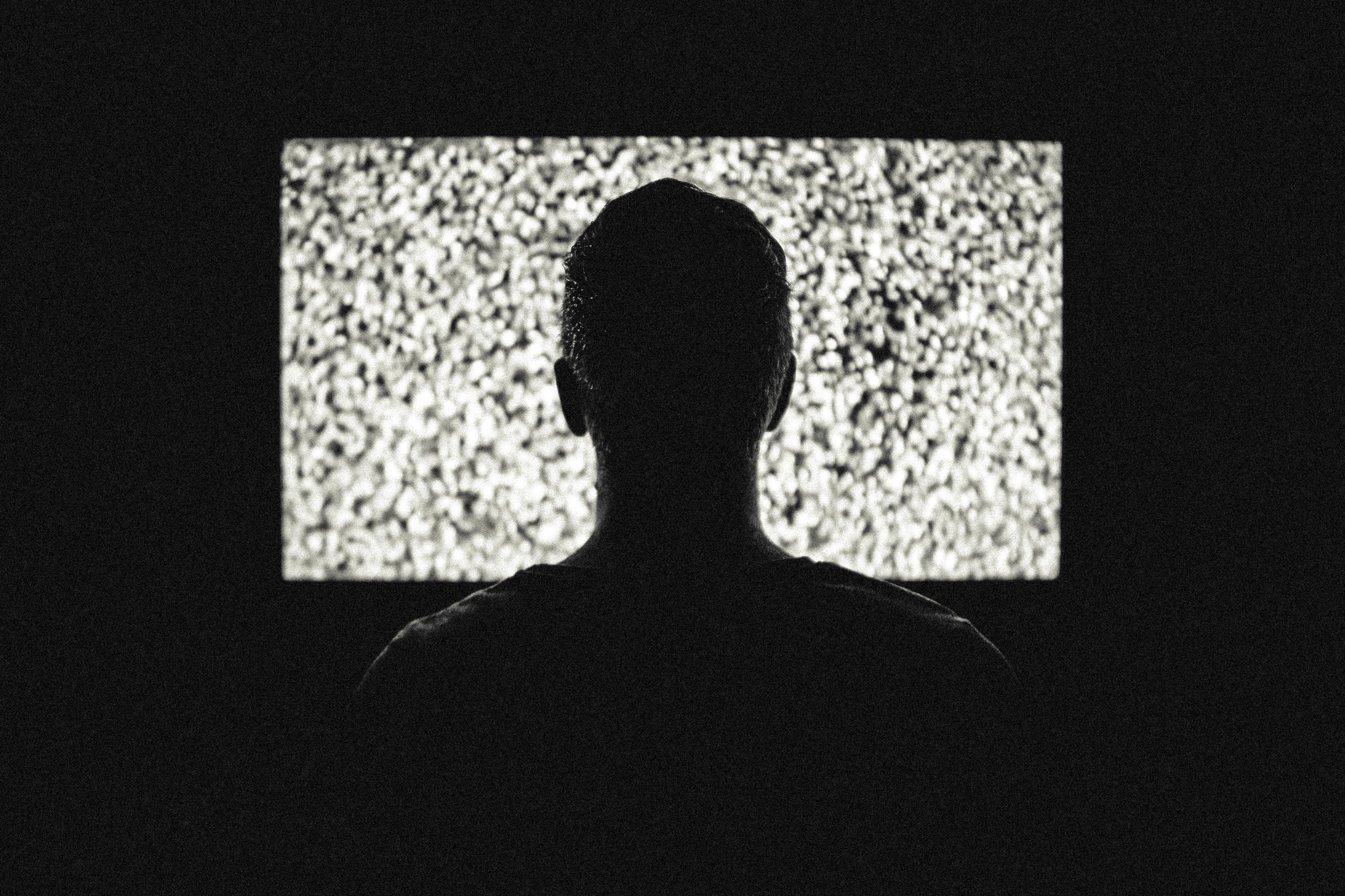 silueta de un chico viendo la televisión