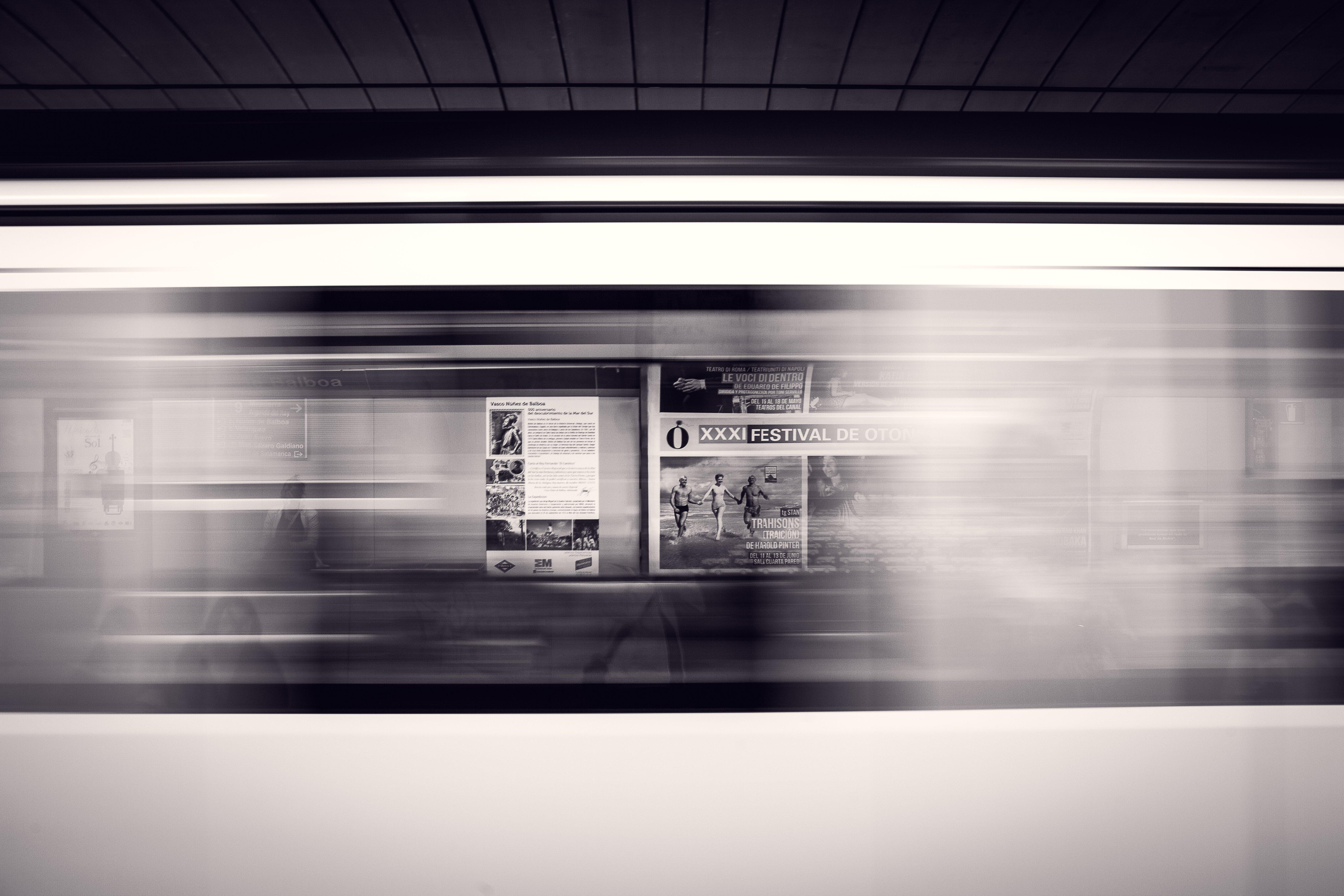 Tren pasando muy rápido con publicidad