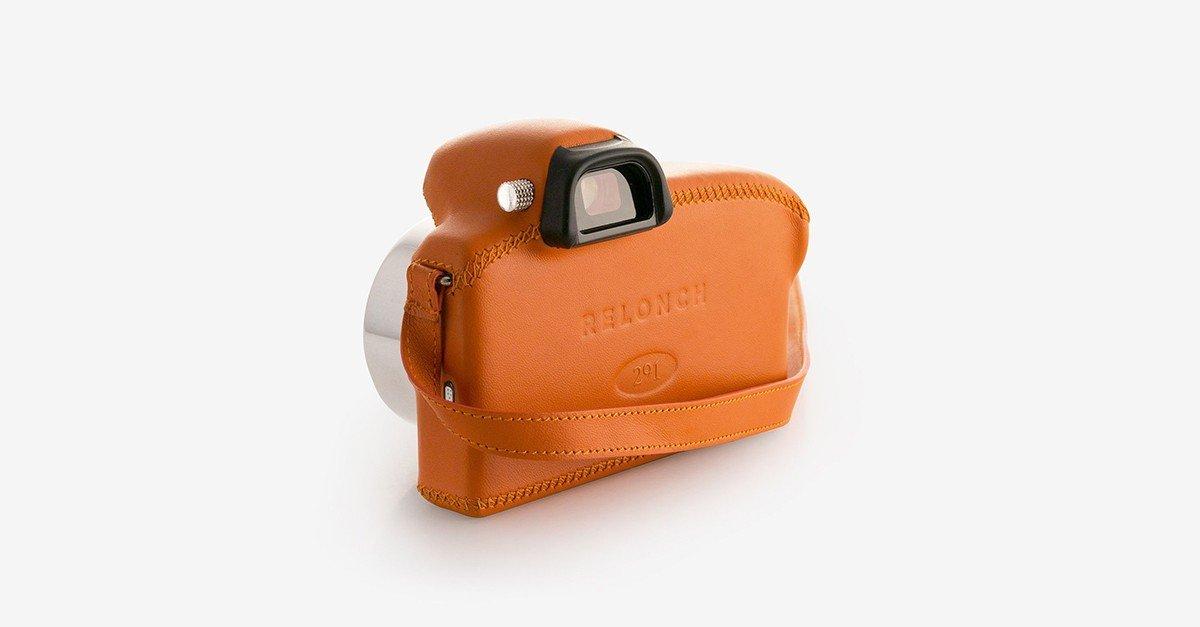Vista trasera de una cámara de fotos Relonch naranja