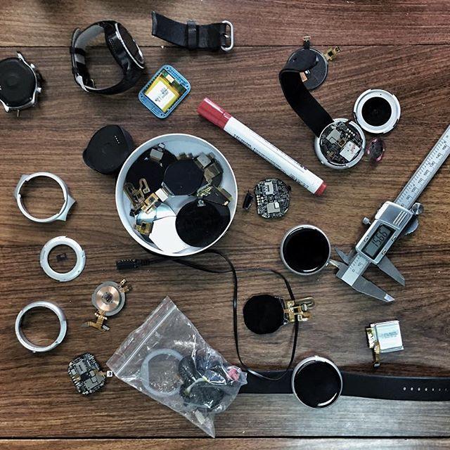Conjunto de elementos por los que está formado el smartwatch con inteligencia artificial Dagadam
