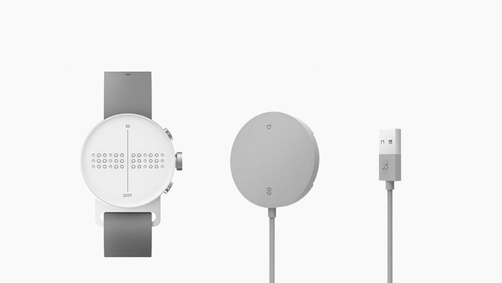 Smartwatch Dot junto a su cargador