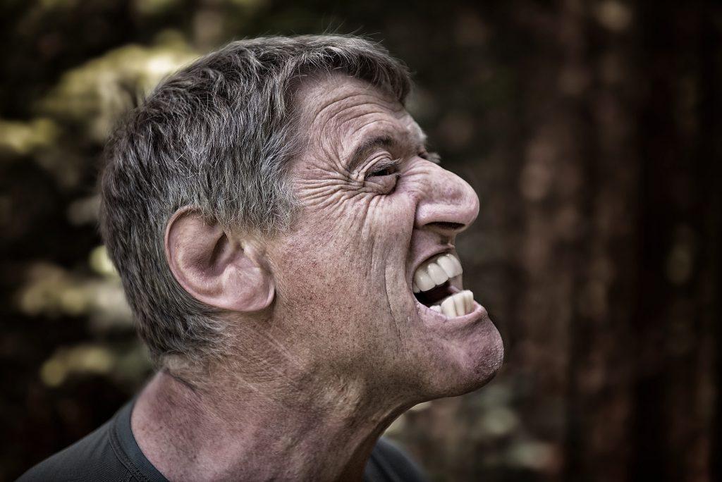 Cara de hombre de perfil enfadado