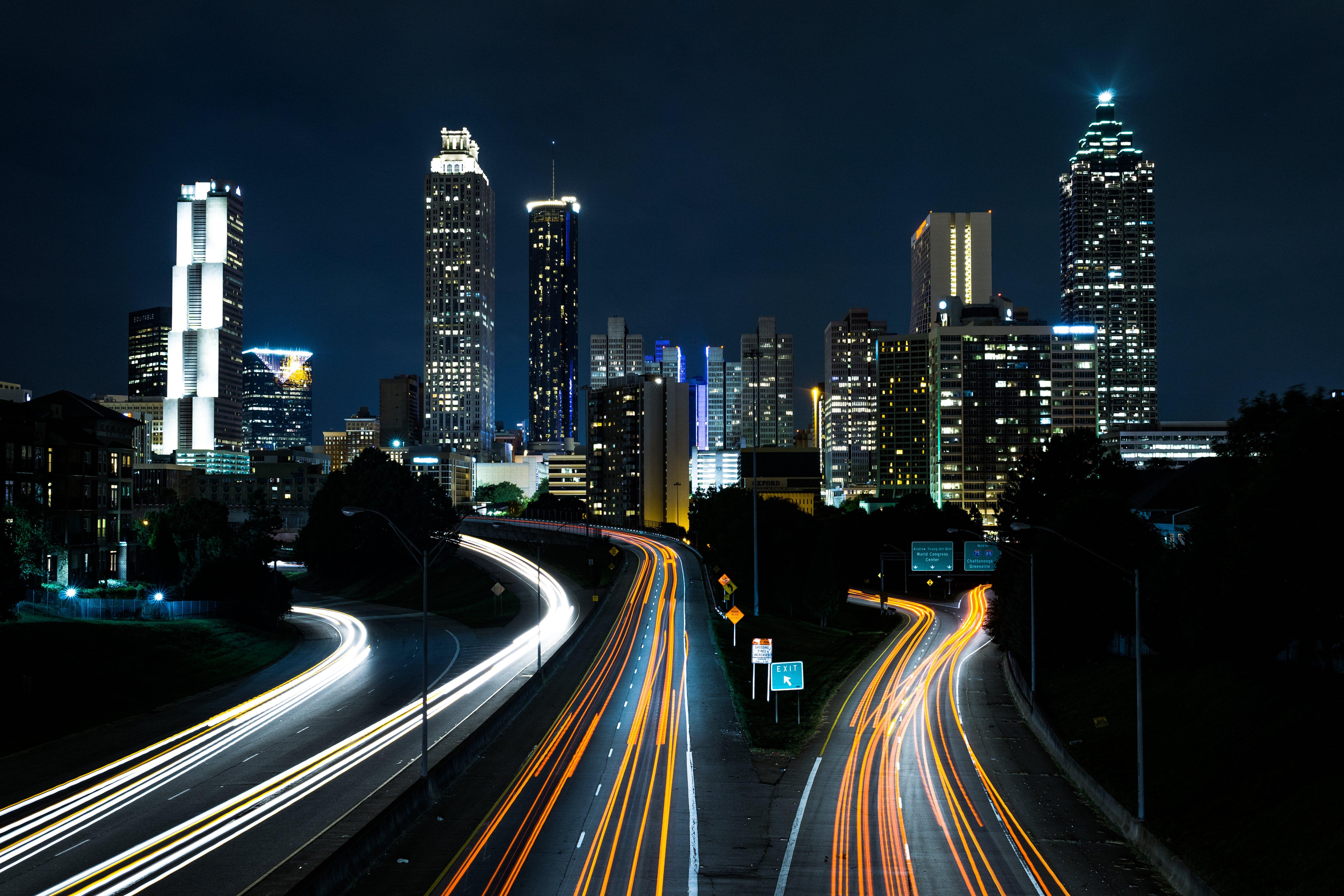 Carreteras iluminadas en ciudad