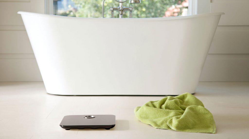 Báscula inteligente Aria en el baño