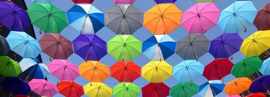 múltiples paraguas de varios colores