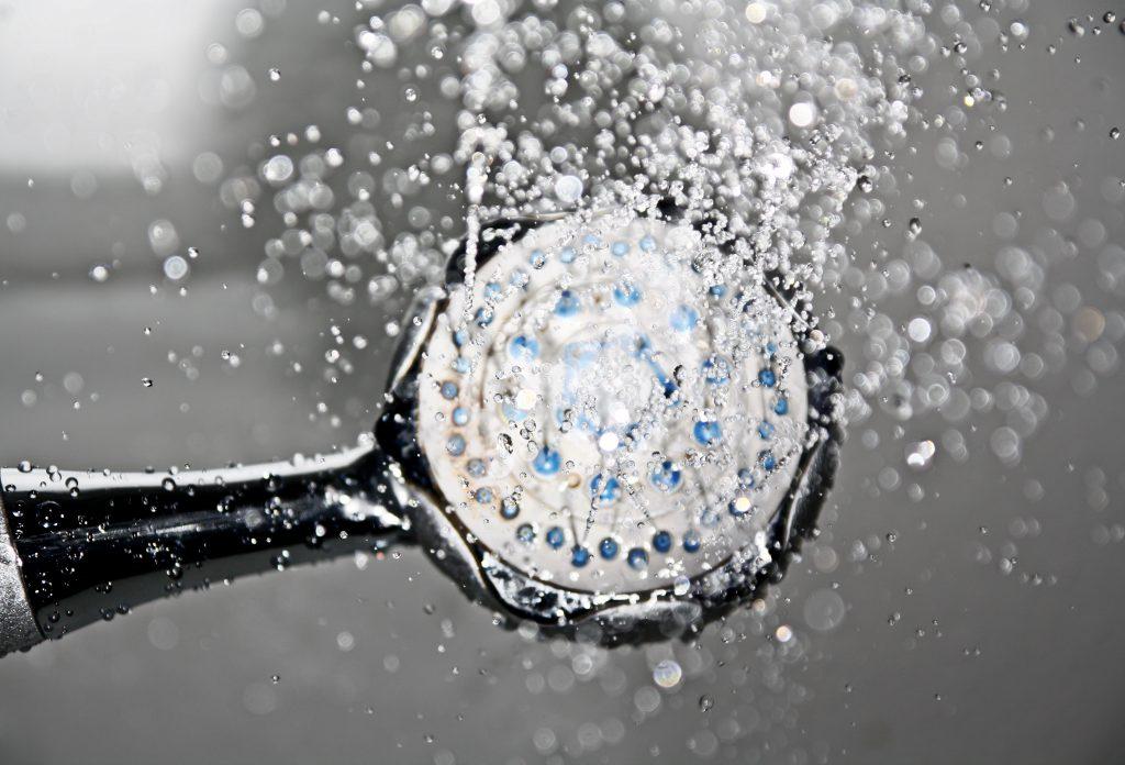 Alcachofa de ducha saliendo agua