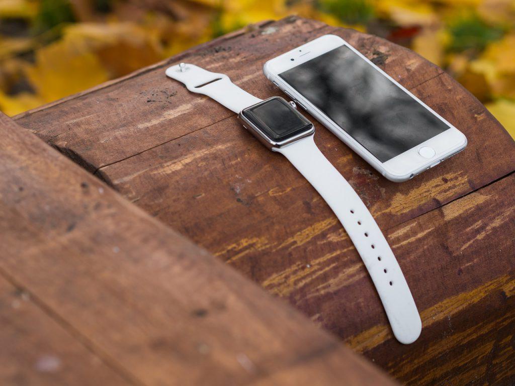 smartwatch y smartphone blanco