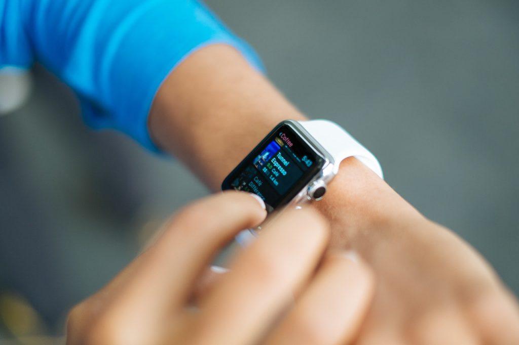 persona tocando smartwatch