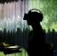 Una mujer lleva unas gafas de realidad virtual dentro de TREE by NAKED